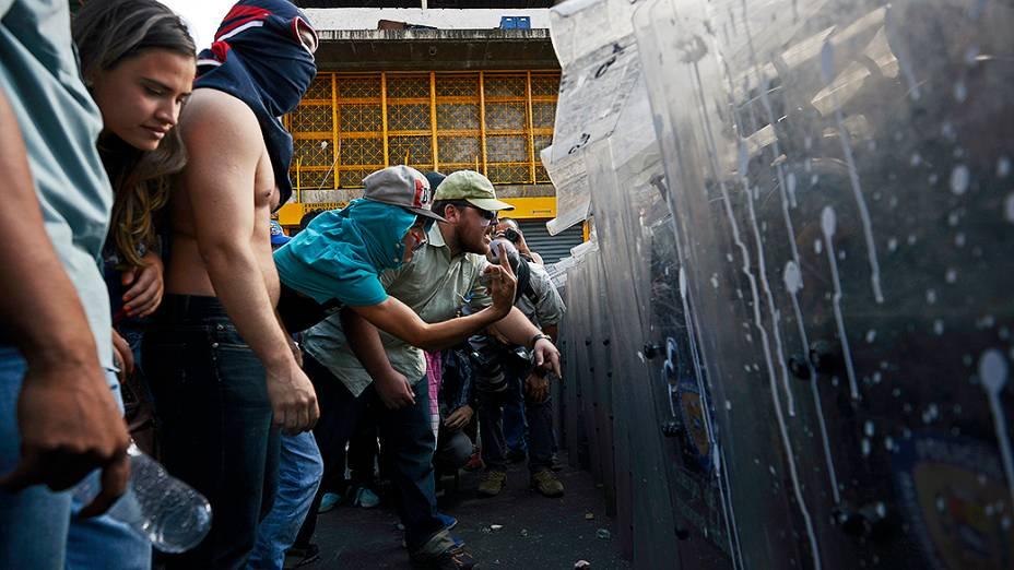Manifestantes enfrentam a polícia durante protestos da oposição contra o governo do presidente venezuelano, Nicolás Maduro, em Caracas