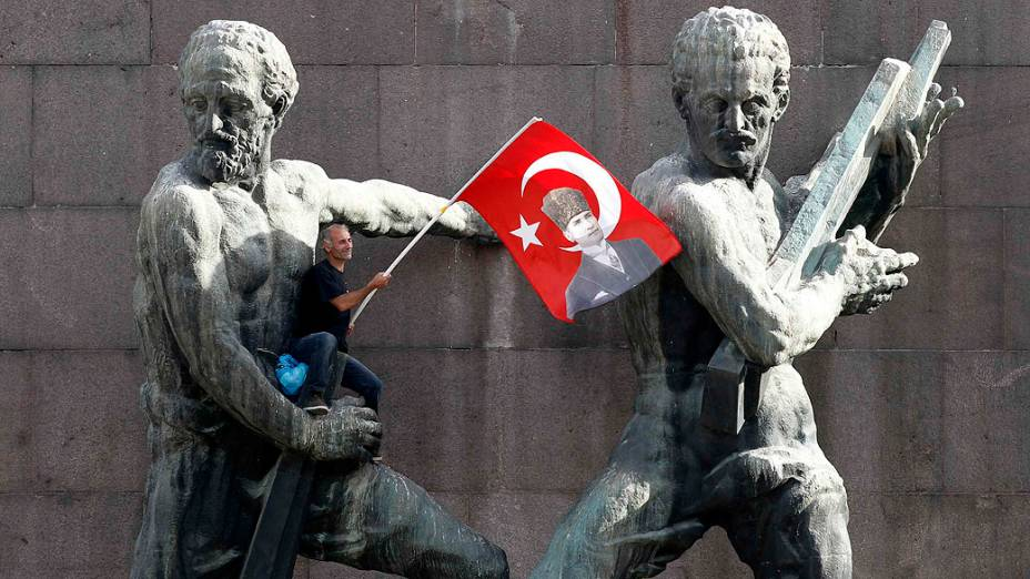 Turquia: 58 anos (mulheres) e 60 anos (homens). A regra no país foi alterada em 2014. Até então, era possível se aposentar com até 45 anos no país