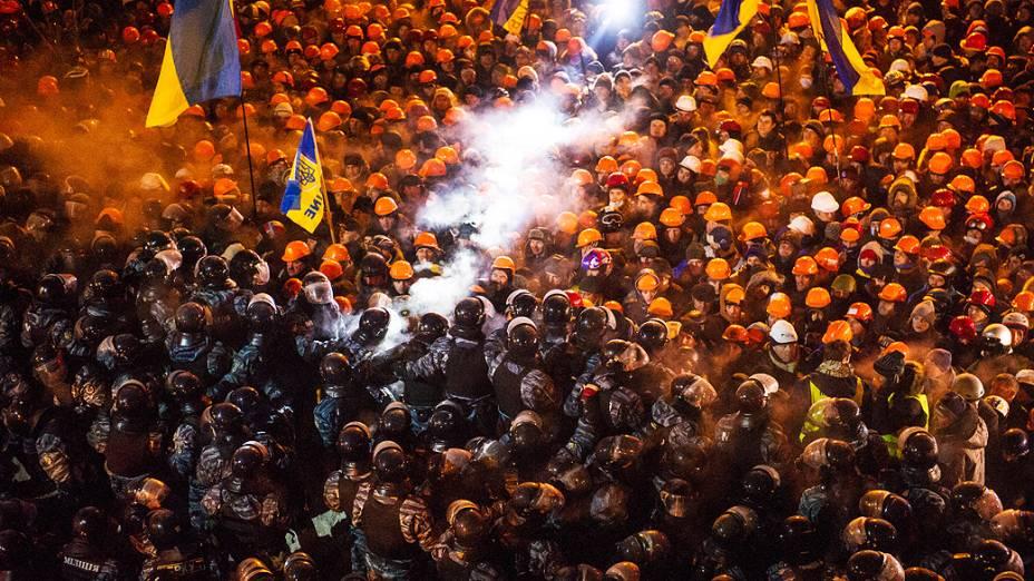 Polícia entrou em confronto com os manifestantes durante tentativa de retomada da Praça da Independência na madrugada desta quarta-feira (11), em Kiev