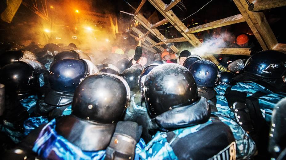 Polícia entra em confronto com os manifestantes durante a madrugada desta quarta-feira (11) na Praça da Independência, em Kiev