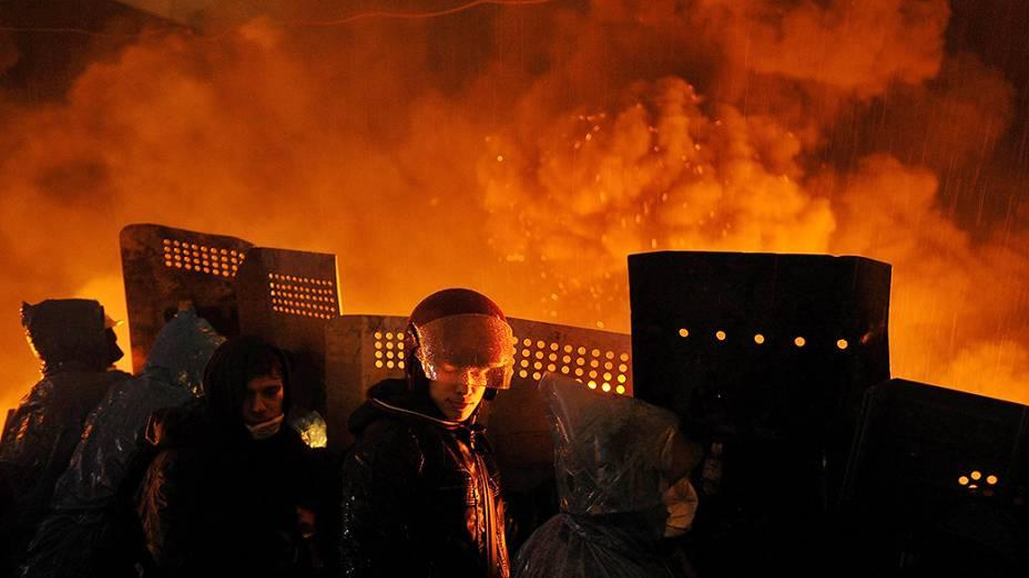 Polícia entra em confronto com um grupo de manifestantes anti-governo nesta quarta-feira (19), na Praça da Independência, no centro de Kiev
