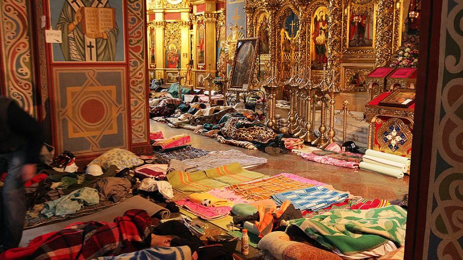 Manifestantes feridos durante os confrontos com a polícia na Praça da Independência em Kiev, foram levados para uma catedral onde um hospital foi improvisado
