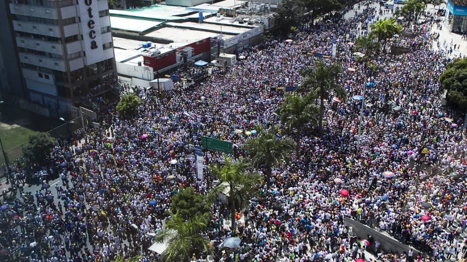 Manifestantes da oposição durante protesto contra o governo do presidente Nicolas Maduro, em Caracas - (16/02/2014)