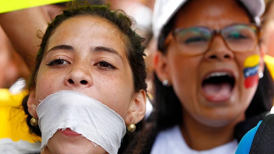 Manifestantes da oposição durante protesto contra o governo do presidente Nicolas Maduro, em Caracas - (17/02/2014)