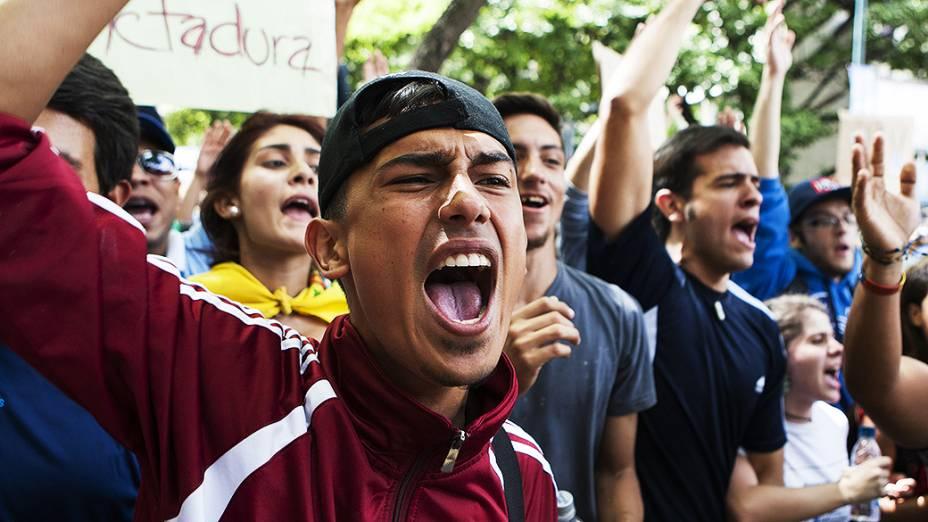 Estudantes saíram ás ruas durante protesto anti-governo em Caracas - (17/02/2014)