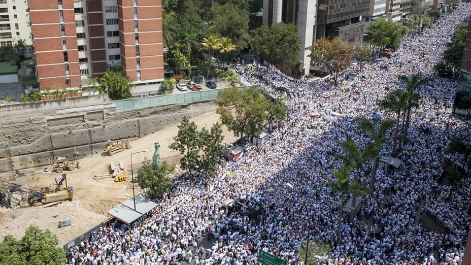Milhares de manifestantes participam de um protesto convocado pelo líder da oposição venezuelana Leopoldo Lopez, em Caracas - (18/02/2014)