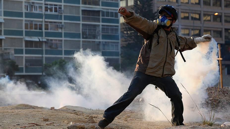 Manifestantes da oposição entraram em confronto com a polícia durante protesto contra o governo do presidente Nicolás Maduro, em Caracas - (05/03/2014)
