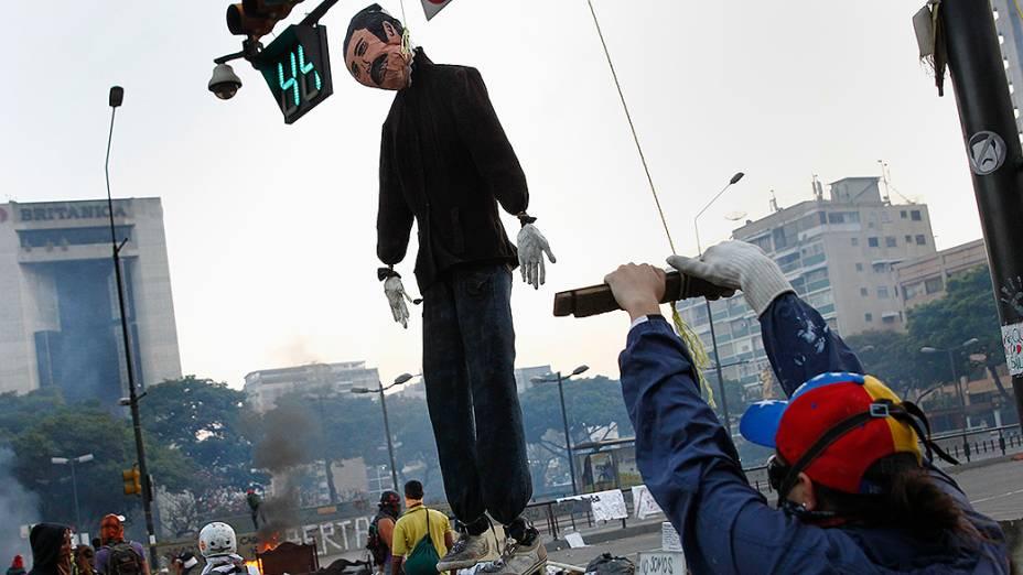 Manifestante da oposição segura um boneco do presidente Nicolás Maduro durante protesto em Caracas - (05/03/2014)