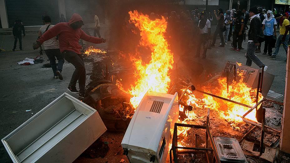 Estudantes venezuelanos entraram em confronto com a polícia durante protesto contra o governo do presidente Nicolás Maduro, em Caracas - (12/03/2014)