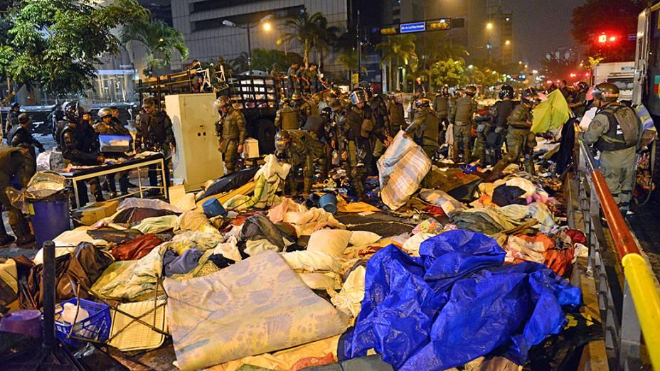 Membros da Guarda Nacional desmantelam acampamento de estudantes em frente à sede da ONU, em Caracas