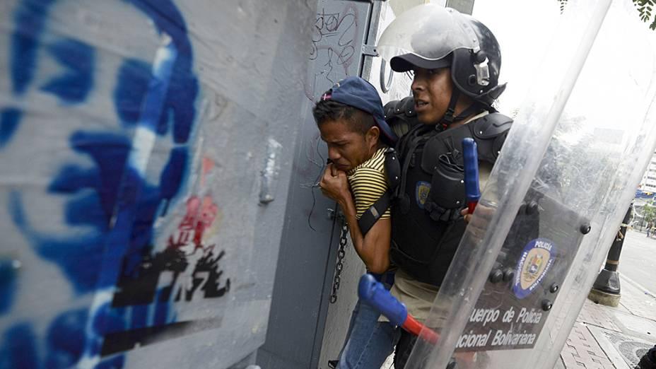 Estudante é detido pela Guarda Nacional Venezuelana durante protesto anti-governo em Caracas
