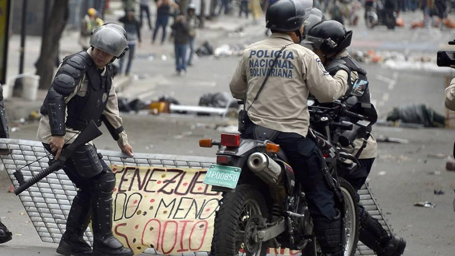Polícia entra em confronto com estudantes durante protesto contra o governo de Nicolás Maduro, depois que autoridades venezuelanas destruíram um acampamento de manifestantes em Caracas
