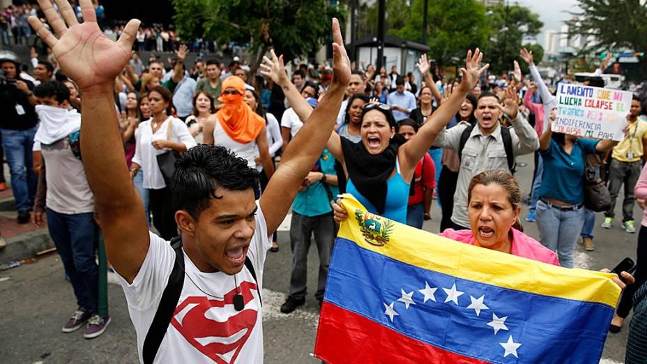 Manifestantes anti-governo protestam após a destruição de um acampamento por autoridades venezuelanas em Caracas