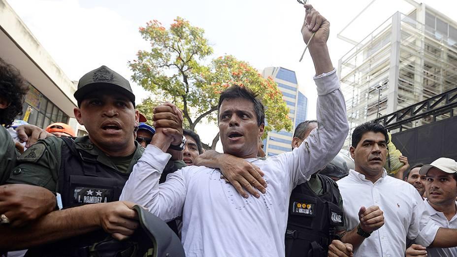 Leopoldo Lopez, um dos líder da oposição ao governo de Nicolás Maduro, é escoltado pela Guarda Nacional depois de se entregar, durante uma manifestação em Caracas