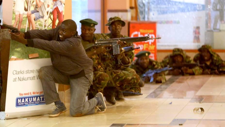 Policiais e soldados procuram pelos homens que efetuaram disparos contra civis em um shopping em Nairóbi, no Quênia