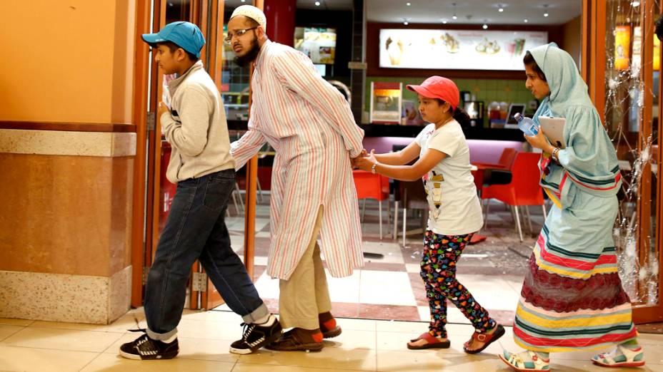 Civis deixam o shopping no Quênia, onde um tiroteio deixou dezenas de mortos feridos