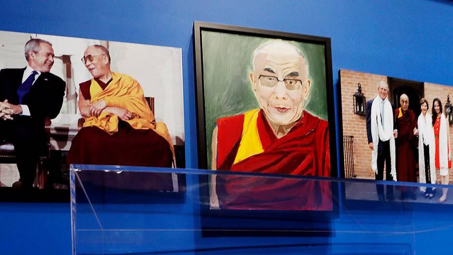 """Retrato do líder espiritual tibetano, Dalai Lama, pintado pelo ex-presidente dos Estados Unidos, George W. Bush, parte da exposição """"A Arte da Liderança: Diplomacia pessoal de um presidente"""" exposição na Biblioteca e Museu Presidencial Bush, em Dallas, Texas"""