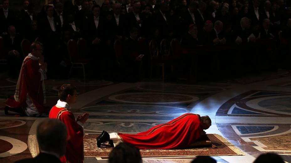 Papa Francisco faz orações onde preside missa papal para a celebração da Paixão do Senhor no interior da Basílica de São Pedro, no Vaticano