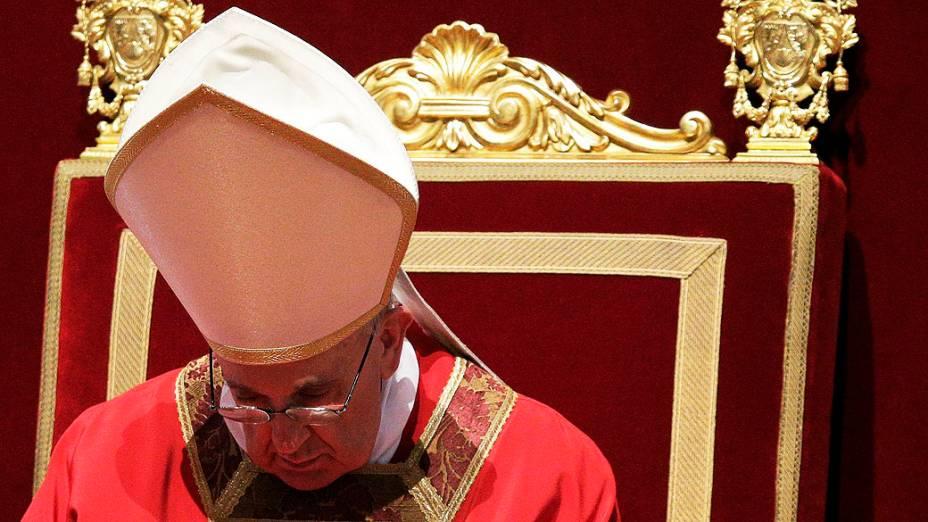Papa Francisco preside missa papal para a celebração da Paixão do Senhor no interior da Basílica de São Pedro, no Vaticano