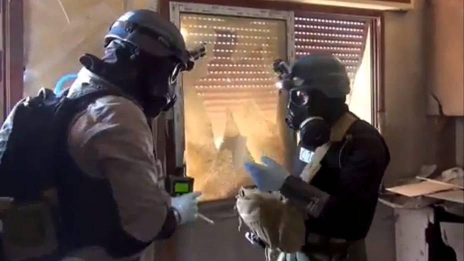 Foto do comitê local de Arbeen mostra inspetor de armas das Nações Unidas durante a coleta de amostras em Zamalka, a leste de Damasco, na Síria