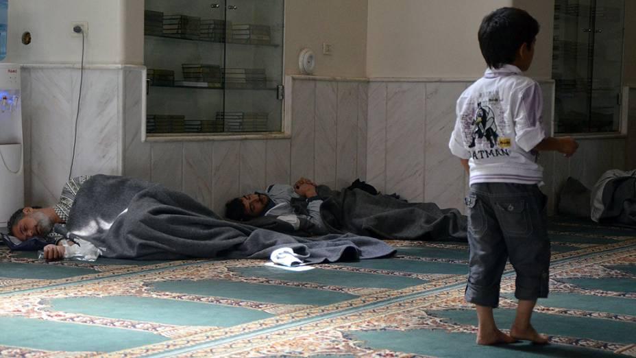 Sobreviventes de um suposto ataque com gás dentro de uma mesquita no bairro Duma em Damasco, ativistas sírios acusaram as forças do presidente Bashar al-Assad do ataque, em 21/08/2013
