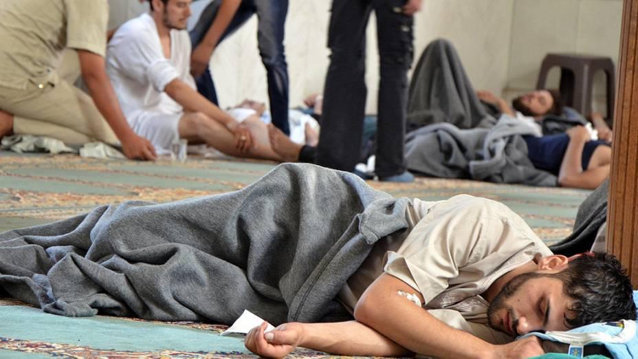 Sobreviventes de um suposto ataque com gás dentro de uma mesquita no bairro Duma em Damasco, ativistas sírios acusaram as forças do presidente Bashar al-Assad do ataque