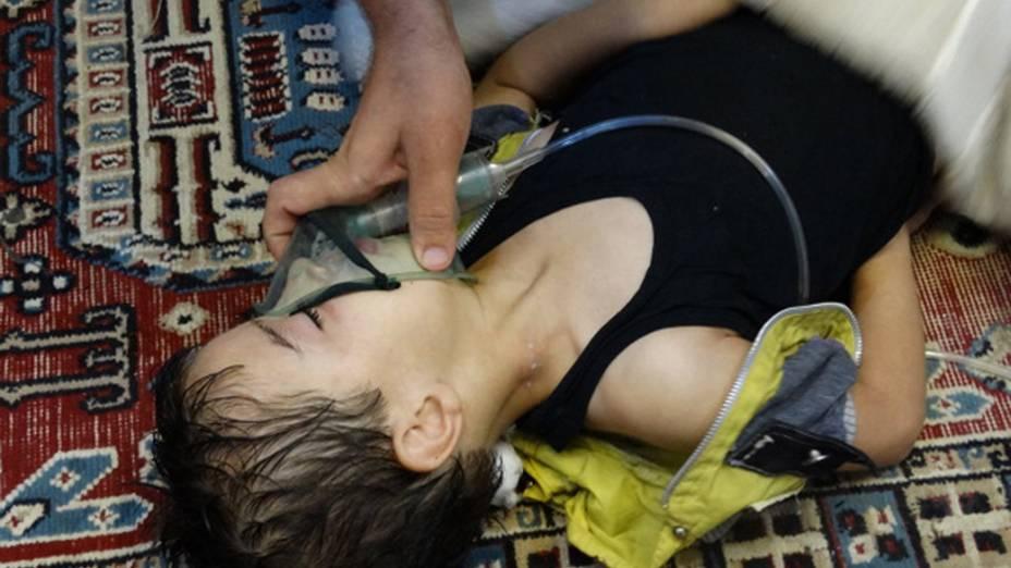 Criança é socorrida após ataque na Síria