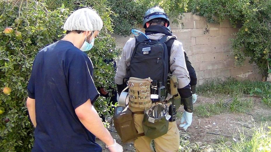 Especialista em armas químicas da ONU reúne provas em um dos locais do suposto ataque com gás venenoso no subúrbio de Damasco - (26/08/2013)