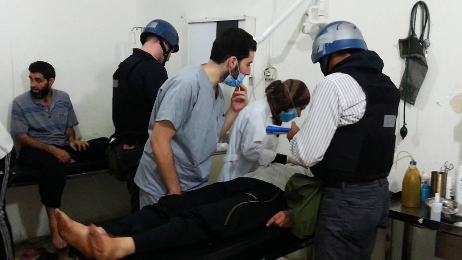 Especialistas em armas químicas da ONU visitam pessoas afetadas pelo suposto ataque com gás, em um hospital no subúrbio de Damasco - (26/08/2013)