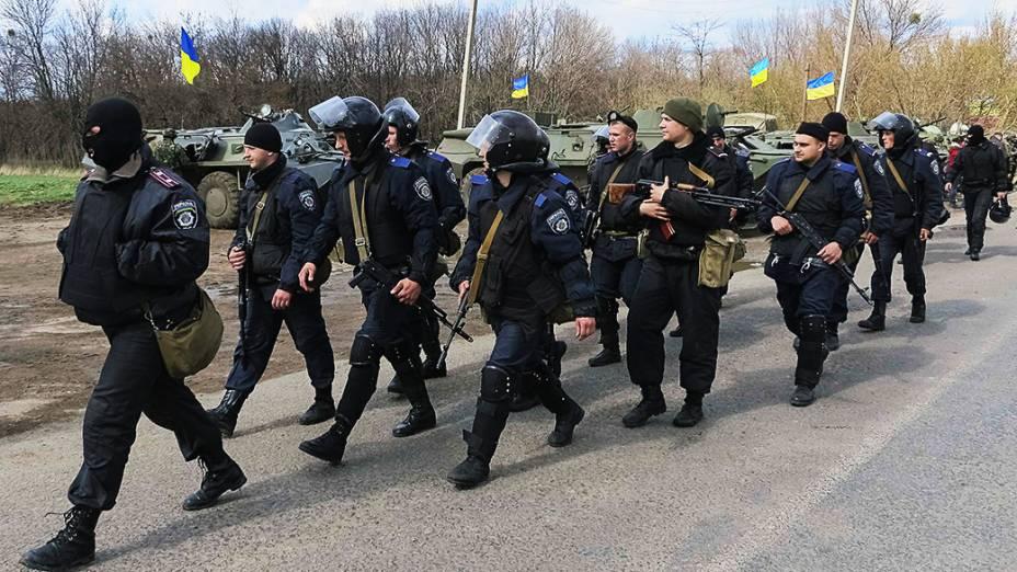 Exército ucraniano faz operação em Izium, no leste do país