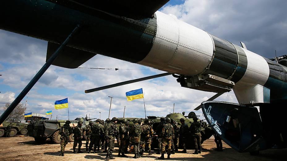 Tropas do Exército ucraniano recebem munições em um campo nos arredores de Izium, ao leste do país