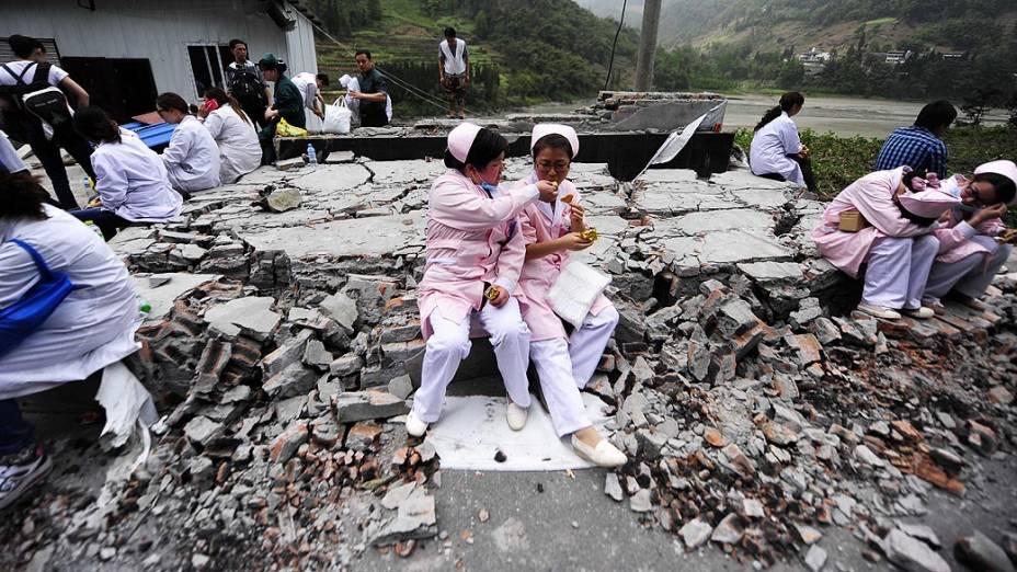 Equipes médicas descansam no local do desastre na província de Sichuan, após o pior terremoto dos últimos três anos, na China