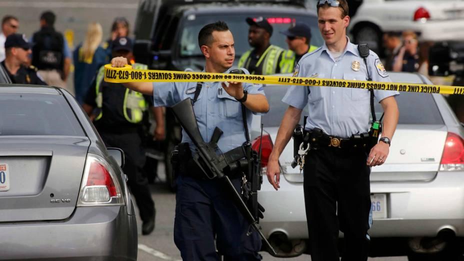 O Capitólio dos EUA, em Washington foi bloqueado por equipes de segurança depois que disparados foram ouvidos do lado de fora do complexo
