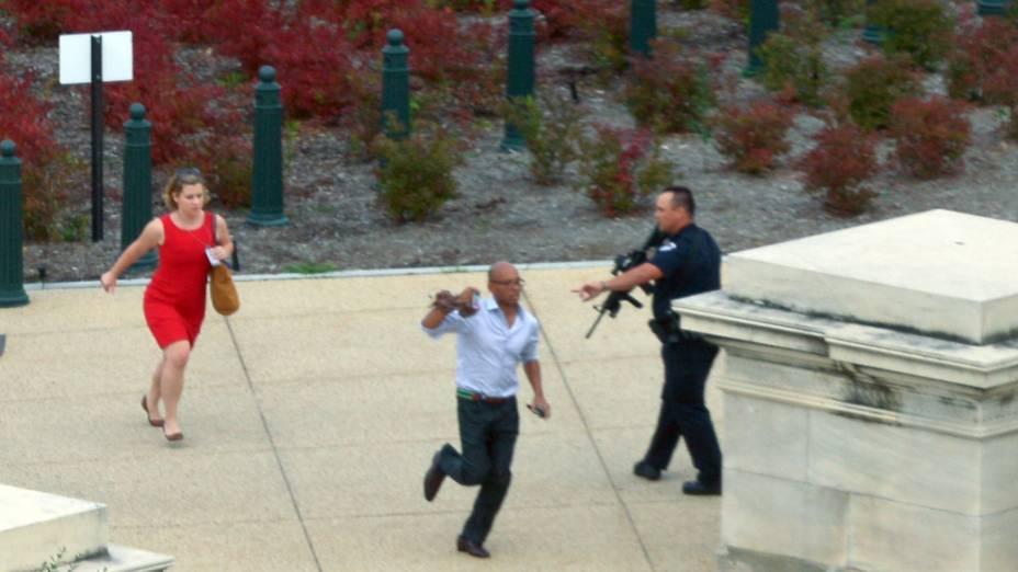 Pessoas correm para se proteger de tiros ouvidos perto do Capitólio, em Washington