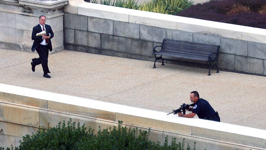 O Capitólio dos EUA, em Washington foi bloqueado por equipes de segurança depois de serem ouvidos tiros, disparados do lado de fora do complexo