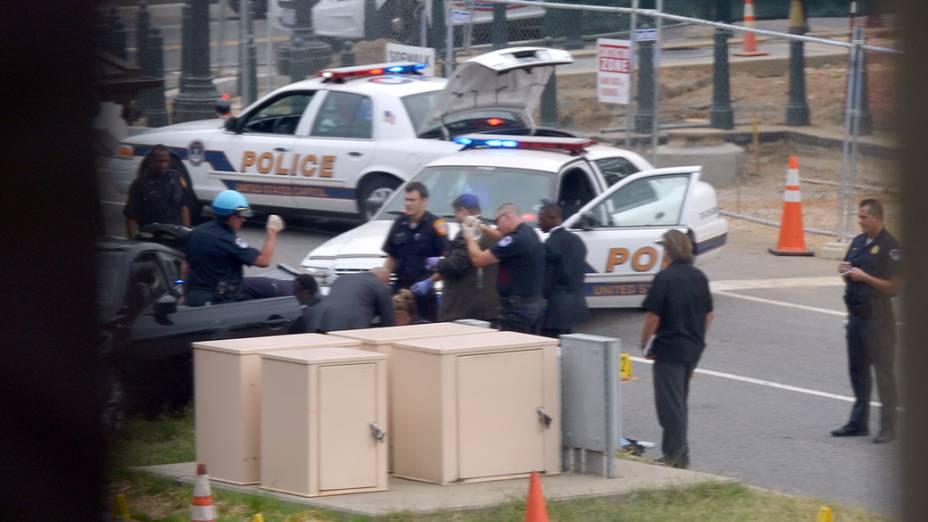 Equipes de emergência atendem pessoa ferida após tiros serem ouvidos perto do Congresso americano, em Washington