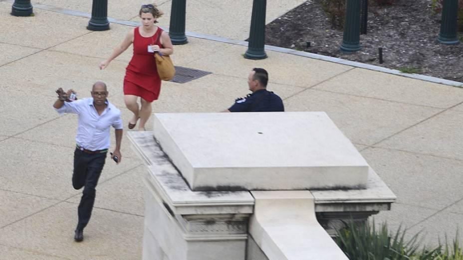Pessoas correm em busca de abrigo depois de tiros serem ouvidos perto do Capitólio, em Washington