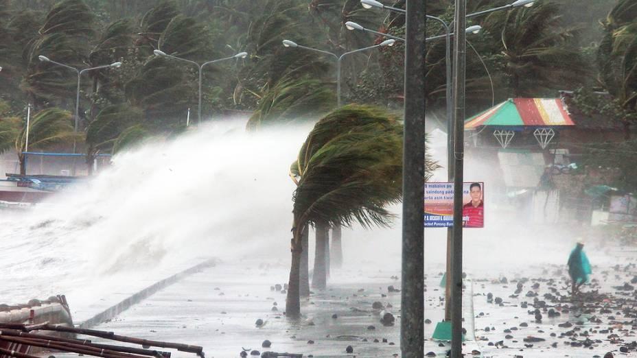 Chuva e ventos fortes causados pelo tufão Haiyan atingem a cidade de Legaspi, ao sul de Manila, nas Filipinas