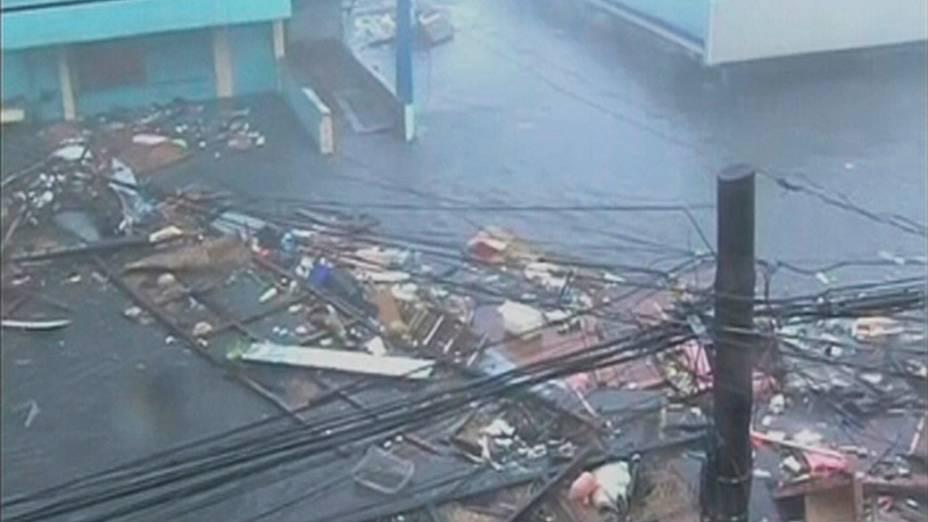 Vídeo mostra inundação de uma estrada causada pelo tufão Haiyan na cidade Tacloban, nas Filipinas