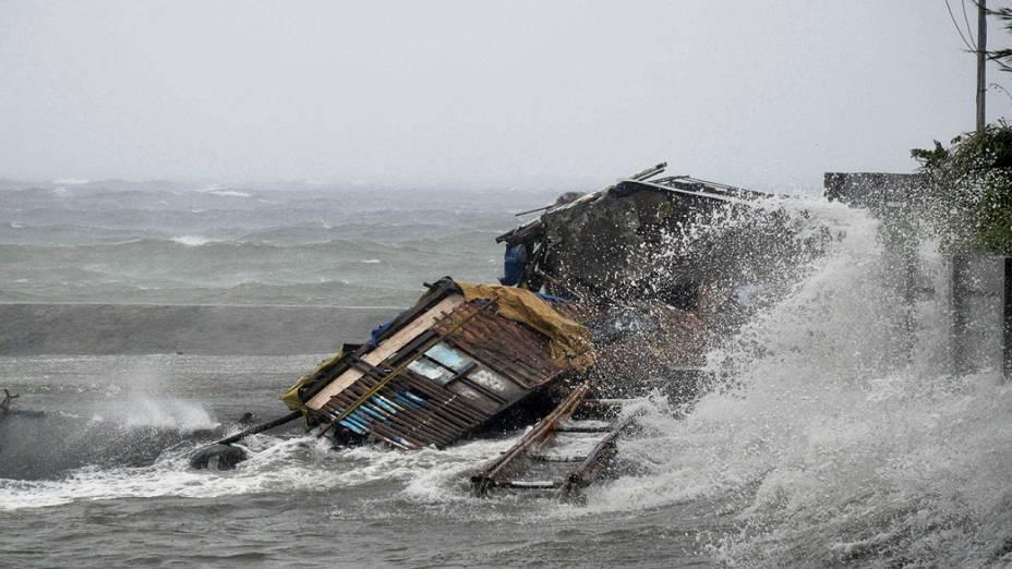 Casa foi totalmente destruída pela tempestade provocada pelo tufão Haiyan que atingiu a cidade Legazpi, na província de Albay, nas Filipinas