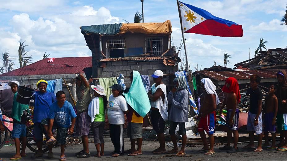 Sobreviventes esperam na fila para receber ajuda alimentar em Tanauan, Leyte, nas Filipinas