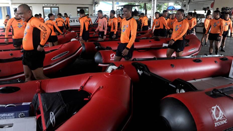 Equipes de resgate se preparam para o tufão Haiyan, que se aproxima da costa das Filipinas