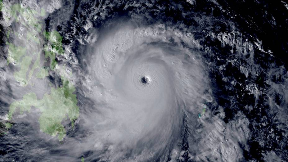 Imagens de satélite mostram a chegada do tufão Haiyan à costa das Filipinas