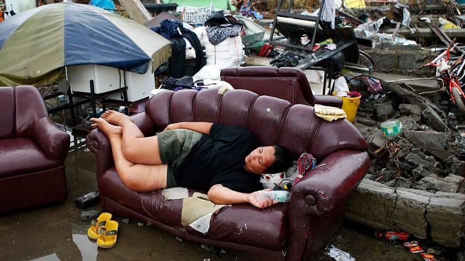 Famílias em abrigo improvisado em Tacloban, nas Filipinas