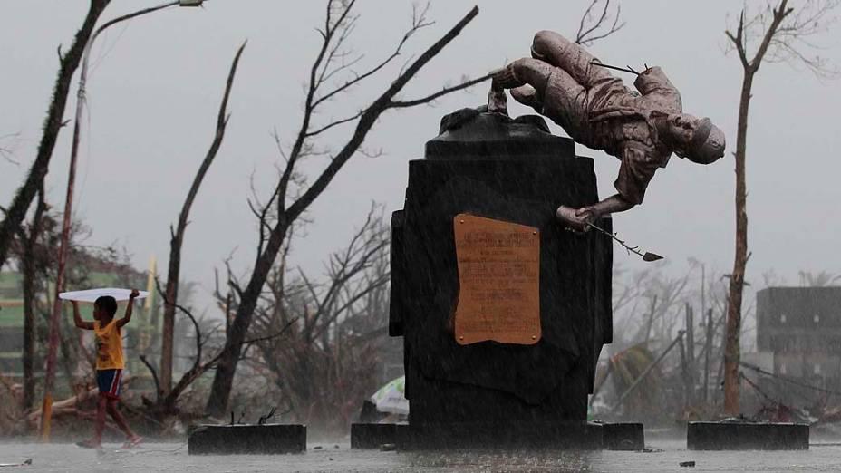 Estátua fica pendurada após a passagem do tufão Haiyan em Tacloban, na província de Leyte, região central das Filipinas