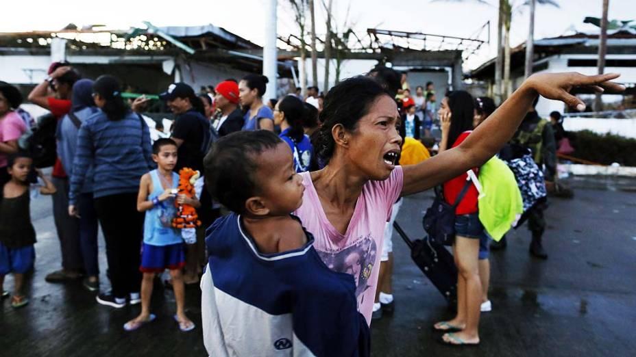Famílias atingidas pelo tufão aguardam para serem transportadas no aeroporto de Tacloban, nas Filipinas