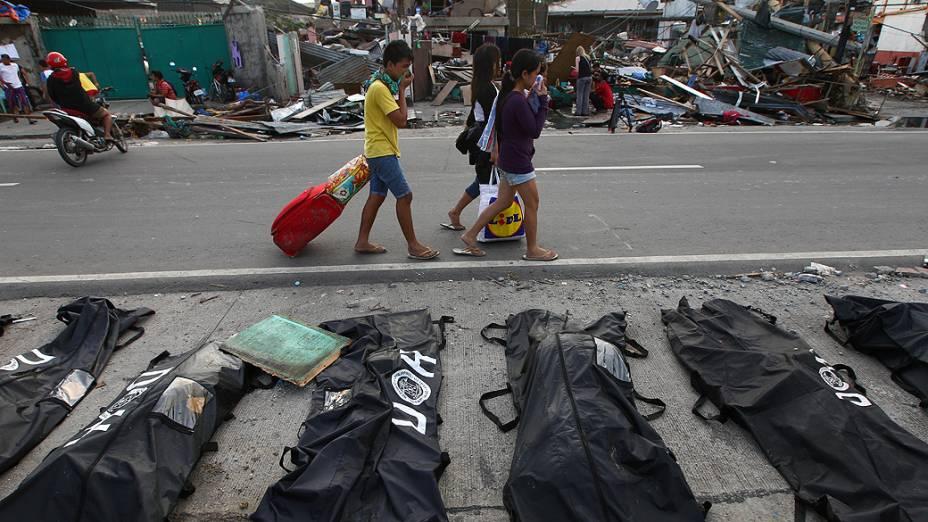 O forte cheiro de decomposição dos cadáveres tomou nesta quarta-feira (13/11) a cidade filipina de Tacloban, onde milhares de sobreviventes sofrem com a falta de alimentos e de água após a passagem do tufão Haiyan