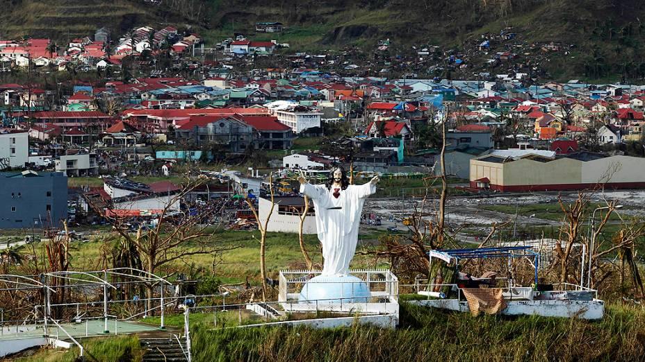 Estátua de Jesus Cristo se manteve intacta após passagem do tufão na cidade de Tanawan
