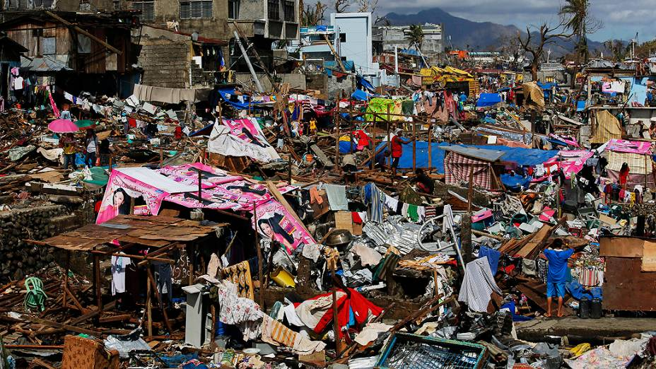Sobreviventes tentam reconstruir suas casas destruídas na cidade de Tacloban, nas Filipinas