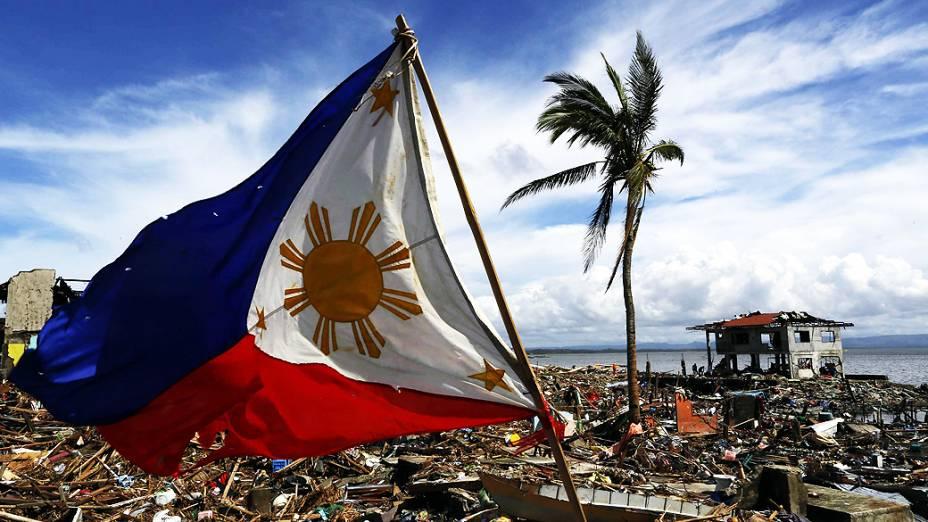 Bandeira das Filipinas é fotografada em área devastada de Tacloban